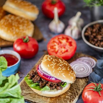 Hoisin kastmega Sloppy Joe ehk aasiapäraselt maitsestatud hakklihaga burgerisaiad