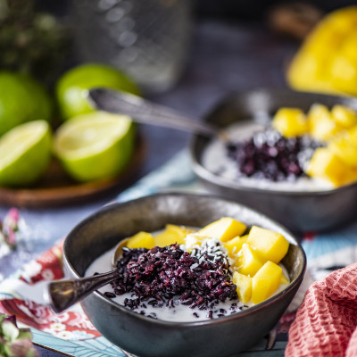 Kleepuv riis mango ja kookospiimaga
